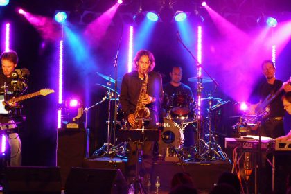 Georg Tjong-Ayong und Band im Medio