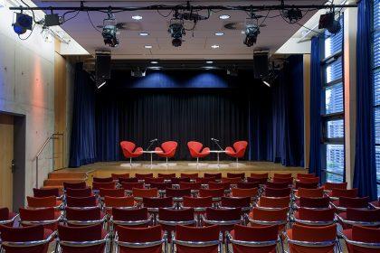 MEDIO.RHEIN.ERFT K4+K5 Reihenbestuhlung Interviewsituation Bühne